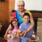 Елена Воробей красит яйца в сиреневый, а Маргарита Суханкина делает сырую пасху