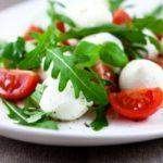 Салат с моцареллой и помидорами / Простые рецепты