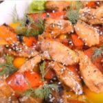 Теплый салат с курицей и овощами / Простые рецепты