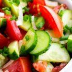 Салат из помидоров и огурцов / Простые рецепты