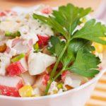 Салат с крабовыми палочками и огурцом / Простые рецепты