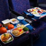 Авиакомпании перестали кормить пассажиров горячей едой